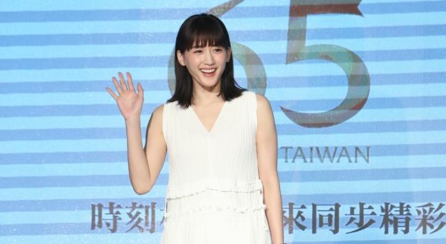 (有片)綾瀨遙化身「雪白女神」來台賣錶狂秀中文!台下全聽嘸...