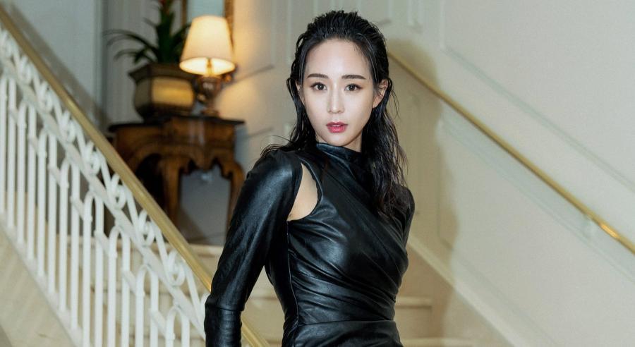 張鈞甯沒有露卻更火辣?「超緊身皮衣」胸型翹臀全被看光光!