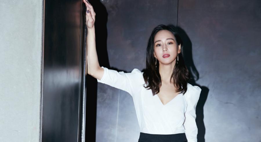 張鈞甯「深V白襯衫」性感完勝車模!網暴動:根本最辣女秘書!