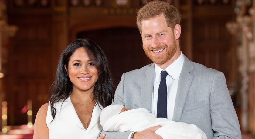 皇家寶寶亮相取名「亞契」!梅根穿白色洋裝、高跟鞋展好氣色!