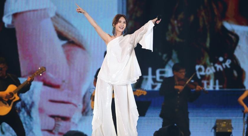 楊丞琳穿白色女神裝登台表演!卻遭網疑惑:怎麼好像塑膠袋?