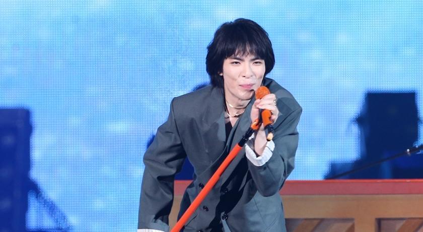 蕭敬騰登台服藏玄機!眼尖粉絲發現他把「電線」當項鍊掛脖上?