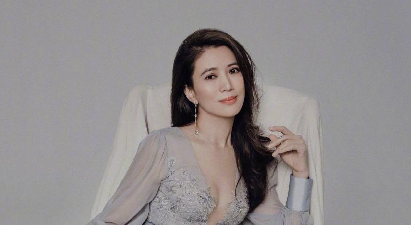 47歲袁詠儀挑戰出道最大尺度!「胸前深V到肚臍」還加碼逆天美腿