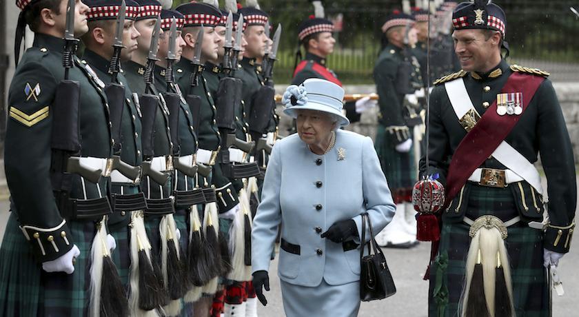 英女王蘇格蘭度假中,隨身小包包裡竟然沒有「這個」?