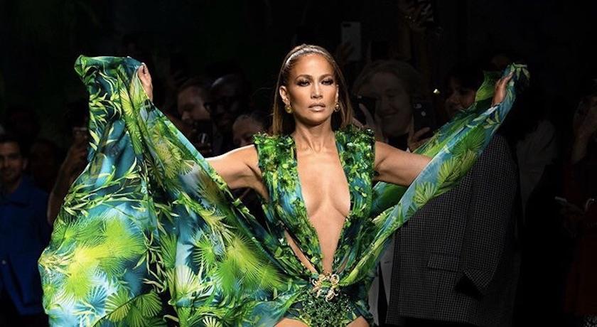 米蘭時裝週》J.Lo 翹臀珍Versace秀上壓軸謝幕!20年前深V高衩造型催生Google搜尋
