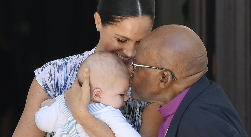 阿奇小王子非洲行終於現身出任務!這張親吻照美到「滿出來」按讚數衝破百萬