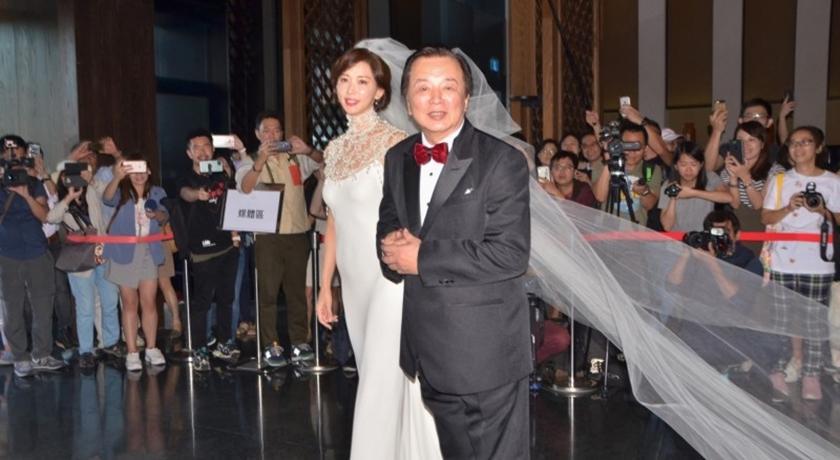 世紀婚禮登場!林志玲「性感露香肩」白紗造型引粉絲尖叫連連
