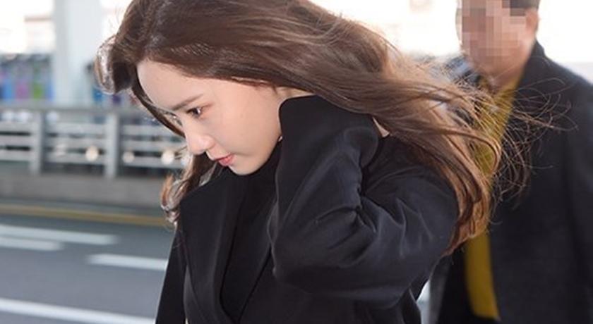 具荷拉身亡震驚韓娛樂圈!潤娥面無表情「一身黑衣」現身表哀慟