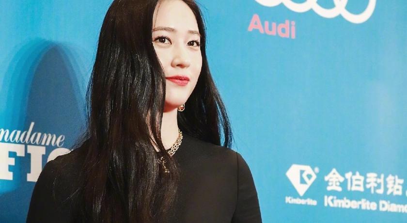 鄭秀晶一身黑衣、面無表情!在中國出席活動被拍到「擺臭臉」
