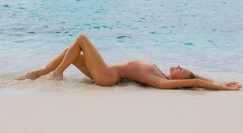 乍看以為全裸!時尚甜心自曝「躺在海邊」美照背後的慘況...
