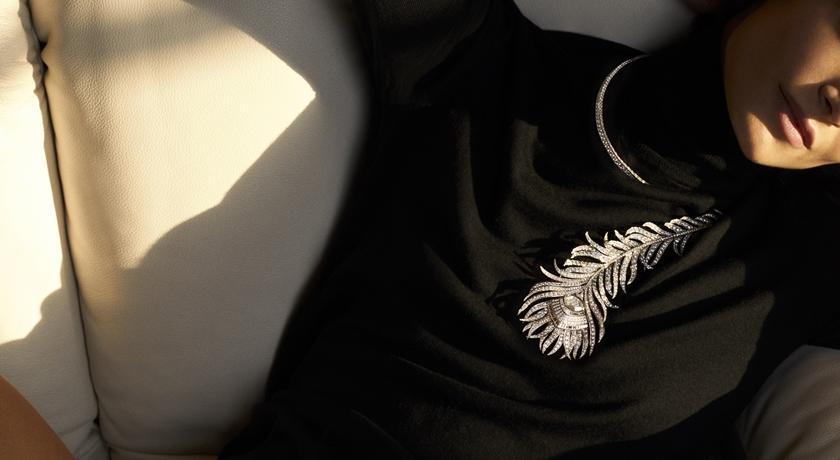 珠寶盒》把「問號」掛在脖子上!高級珠寶搭配 T 恤原來這麼美