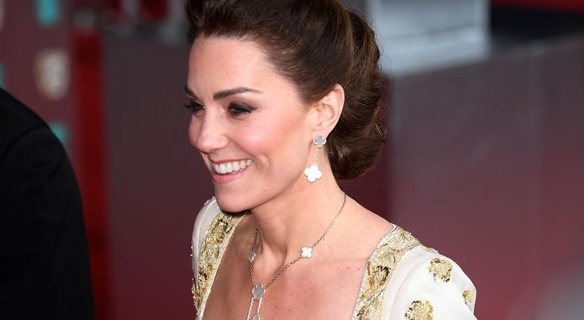 V 字線巧露酥胸!凱特王妃穿「八年前舊衣」完勝歐美爆乳女星