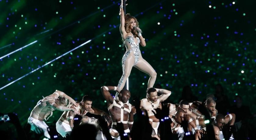50歲 J.Lo 超級盃中場「爆乳裝」大跳鋼管!超火辣身材靠堅持 3 件事