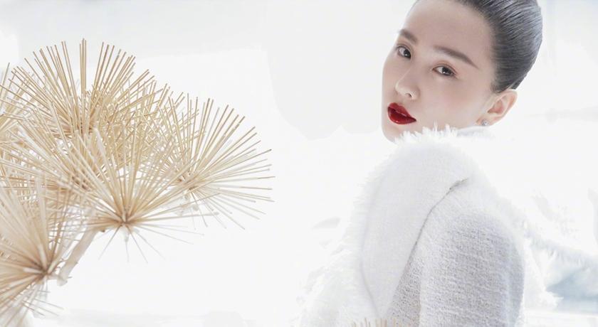 台灣媳婦劉詩詩產後復出首拍雜誌!穿深 V 狂秀「雪白天鵝頸」