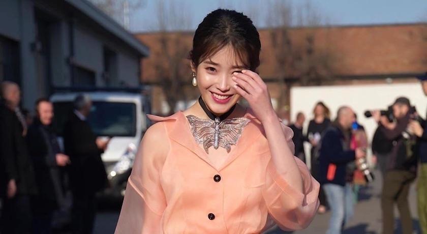 米蘭時裝週》IU穿透視裝看秀!辣曬腿根同框「泰國第一神顏」