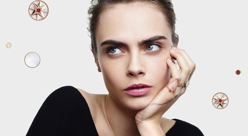 「搞怪超模」戴百萬珠寶卻擺鬼臉!鏡頭往下驚見性感 V 字線