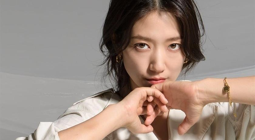 朴信惠上節目穿「OL 白襯衫」舉雙手投降!難得搞笑把粉絲逗樂