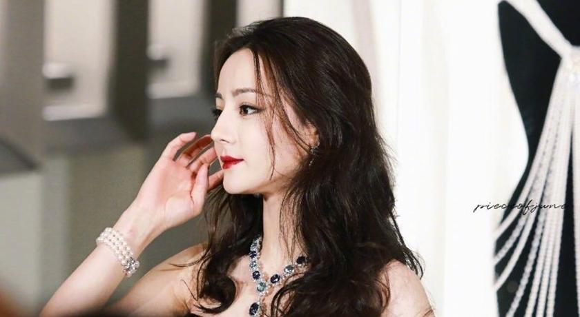 迪麗熱巴「深 V 美胸+裙襬高衩」辣翻!性感逼人一舉登熱搜榜