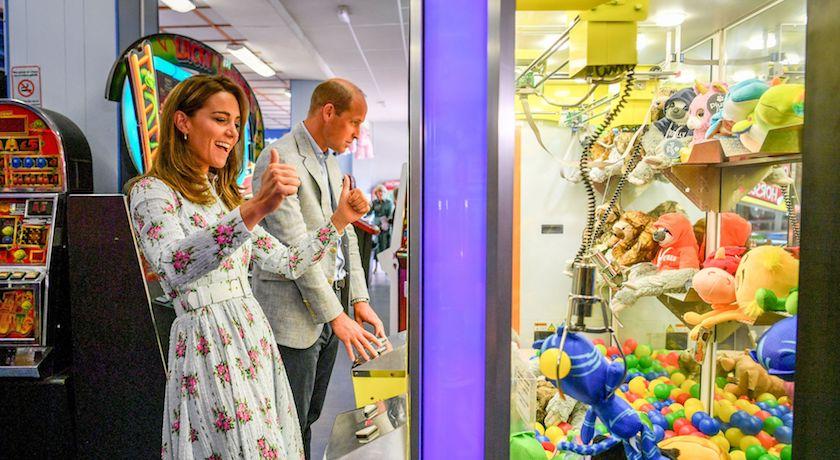 威廉凱特也報復性旅遊!盛裝出門只為「狂玩夾娃娃機」?