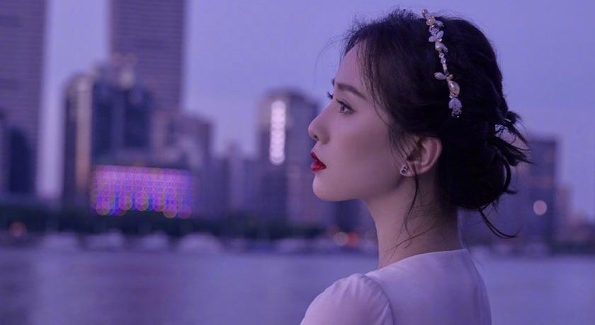 劉詩詩穿夢幻白裙登直播!絕美「側顏殺」驚呆網友