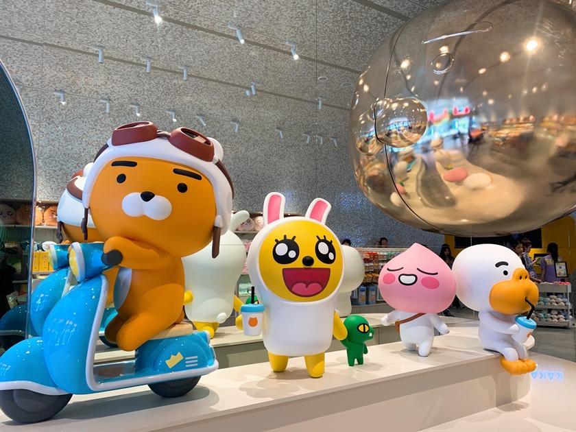 萊恩騎機車、喝珍奶超級台!「KAKAO FRIENDS 旗艦店」台北信義區開幕