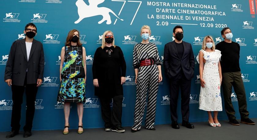 不畏疫情堅持要辦!威尼斯影展紅毯上出現「浮誇口罩」造型