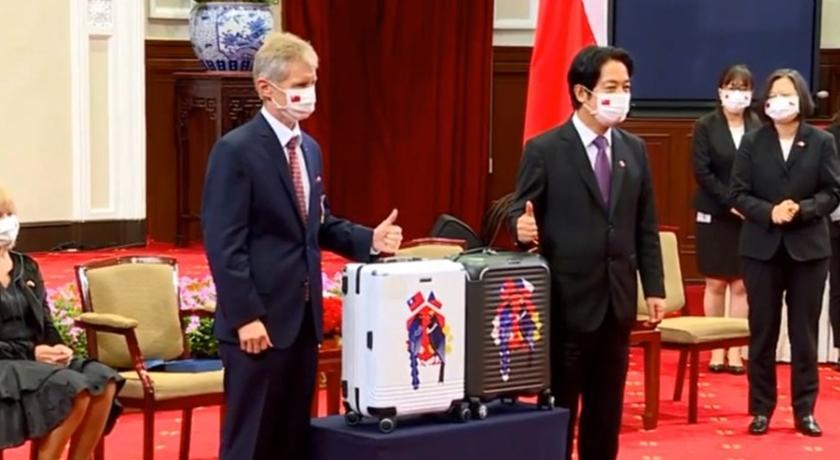 蔡英文接見捷克議長!贈送印有台灣國旗的「行李箱」被起底了