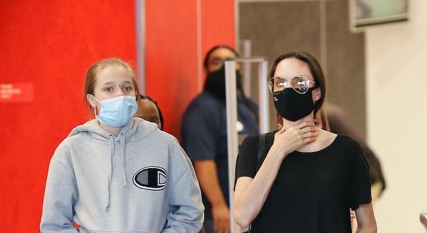 裘莉帶女兒們上街被拍到,14歲的「她」曬神基因長腿超搶鏡!