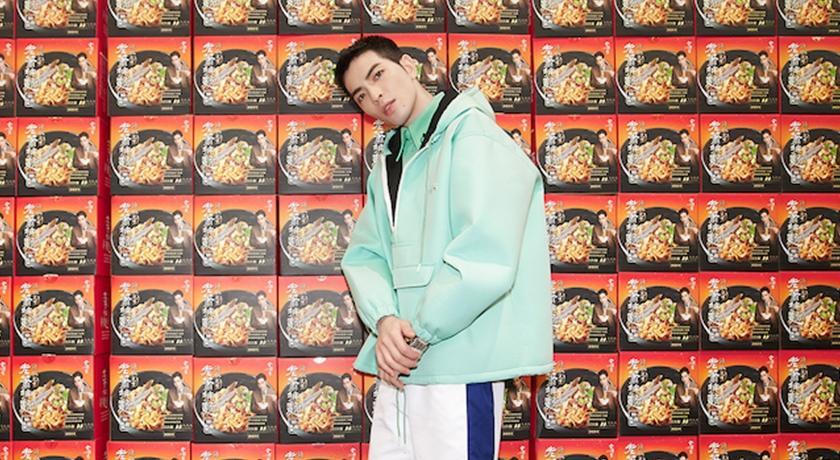 蕭敬騰最新時尚照背景是「滿滿乾麵」!網笑噴:老闆有事嗎?
