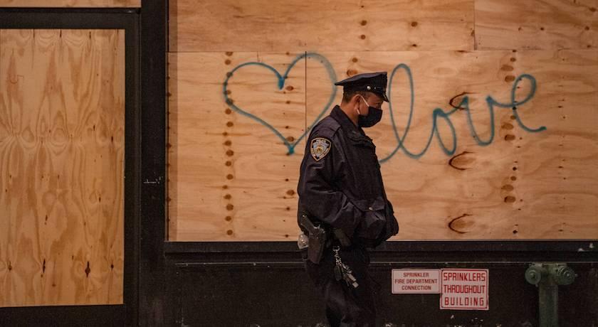 美國選戰結果恐引暴動!Chanel、Dior、LV紐約店門全釘上木板嚴陣以待