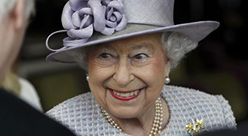 疫情後英女王首次「戴口罩」現身!肅穆黑衣防疫裝卻超時尚