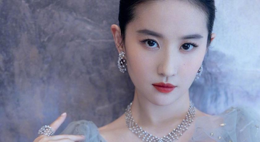 仙女姊姊劉亦菲的禮服驚見「深 V 到肚臍」!雪白美胸全曝光