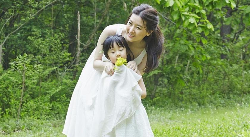 49歲李英愛攜龍鳳胎曬素顏照!「當馬騎」畫面超有愛