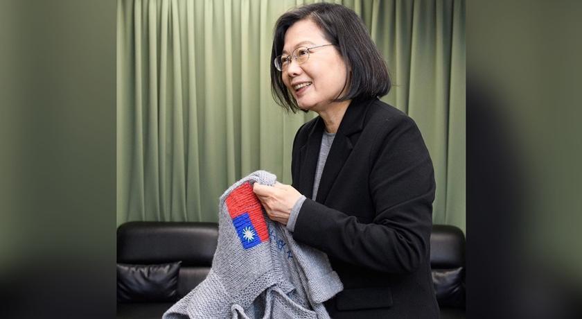 小英總統喜收法國阿嬤手織毛衣!「台灣國旗+名字」背後還隱藏這個心思
