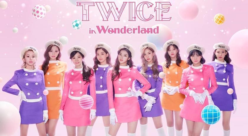 TWICE 穿「空姐裝」宣布日本線上演唱會!齊曬9雙美腿太耀眼