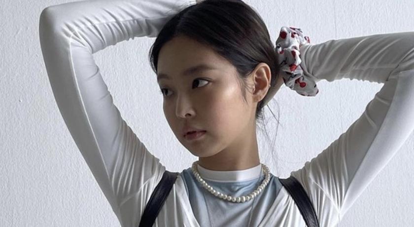側身入鏡「超有料」網暴動!緊身上衣曝光 Jennie 火辣身材