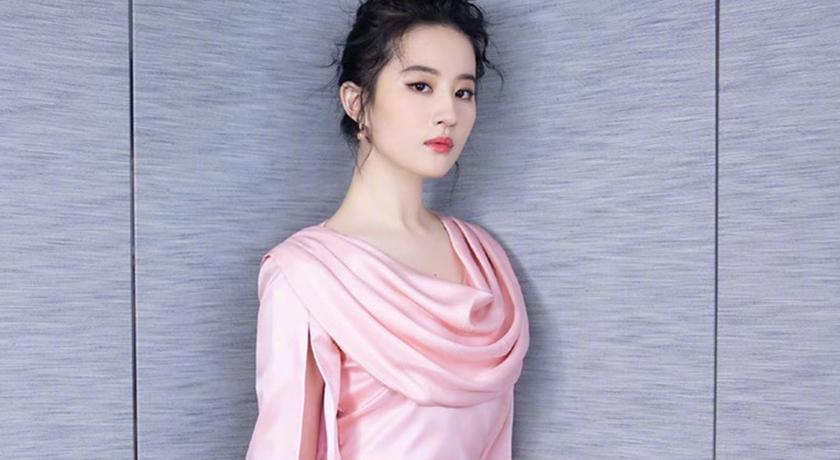 劉亦菲「胸前開深 V」大秀一字線!網讚翻:最性感仙女姊姊