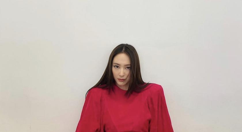 Krystal紅裙開衩直逼絕對領域!火辣跨坐「曲線全曝光」