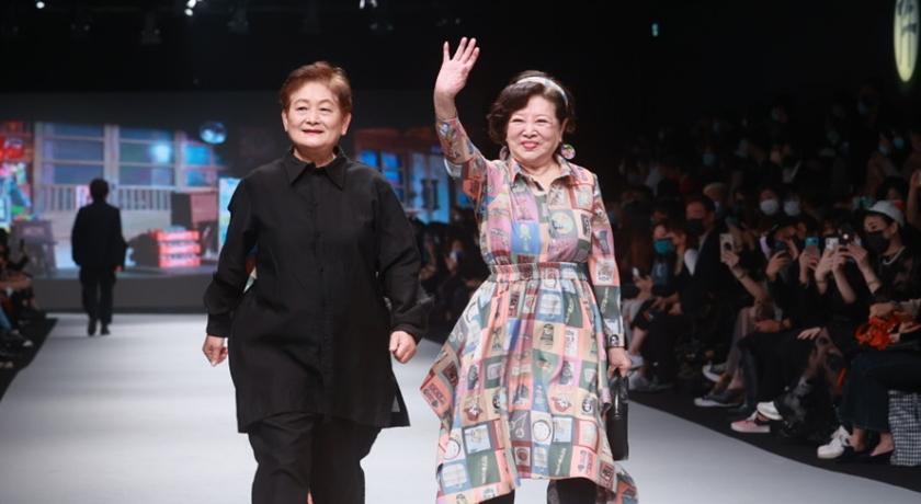 81 歲陳淑芳踩高跟鞋登伸展台走秀!「氣場超強」不輸模特兒