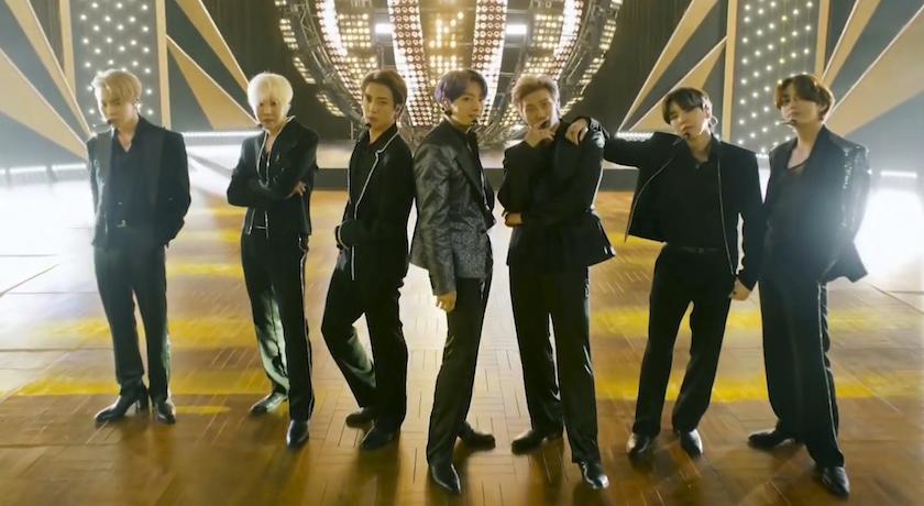 BTS告示牌破紀錄狂掃四獎!她助陣男友穿「線狀泳衣」踩紅毯超搶鏡