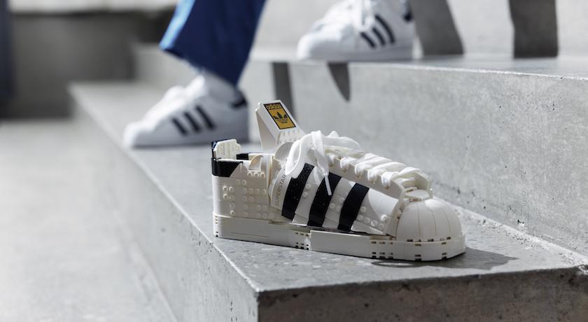 這雙小白鞋「無法穿出門」卻引話題! 樂高神還原經典宅家也不無聊