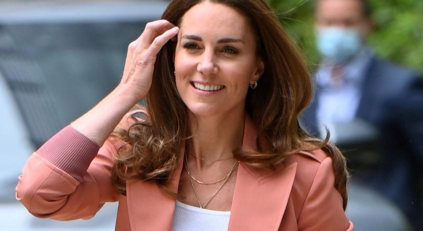 凱特王妃穿西裝配牛仔褲!對鏡頭燦笑「超甜照」被網友瘋傳