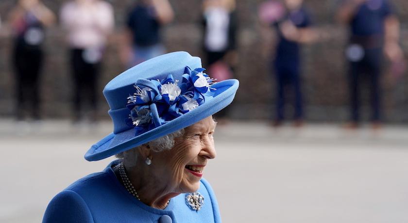 女王「色票時尚」回來了!出訪蘇格蘭首日穿「皇家藍」亮相