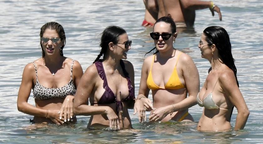 58歲黛咪摩爾被拍到「零修圖」海灘照!比基尼曬真實身材惹驚呼