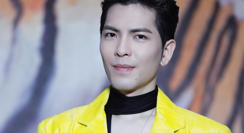 蕭敬騰穿撞色黃黑配西裝!蕭氏時尚的重點全在「女性珠寶」