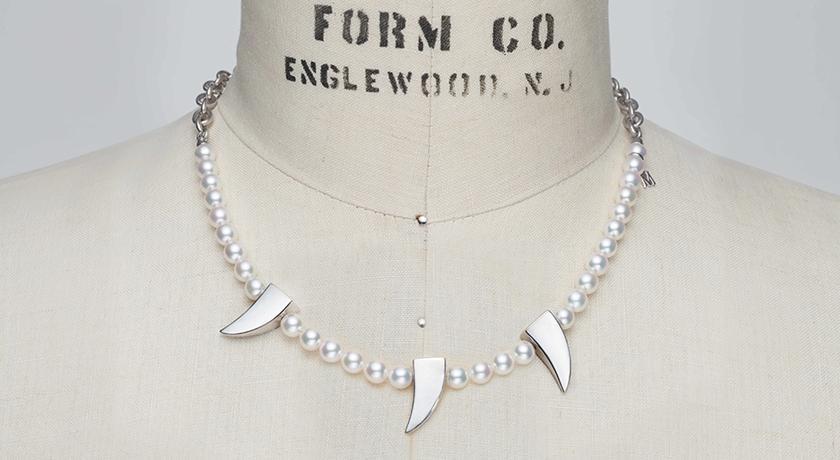 珍珠項鍊上竟然出現「別針」裝飾!超衝突聯名讓眼睛震撼了