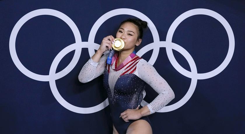 美國18歲「體操精靈」擺脫低潮奪全能金牌!苗裔少女私服滿滿炫腹