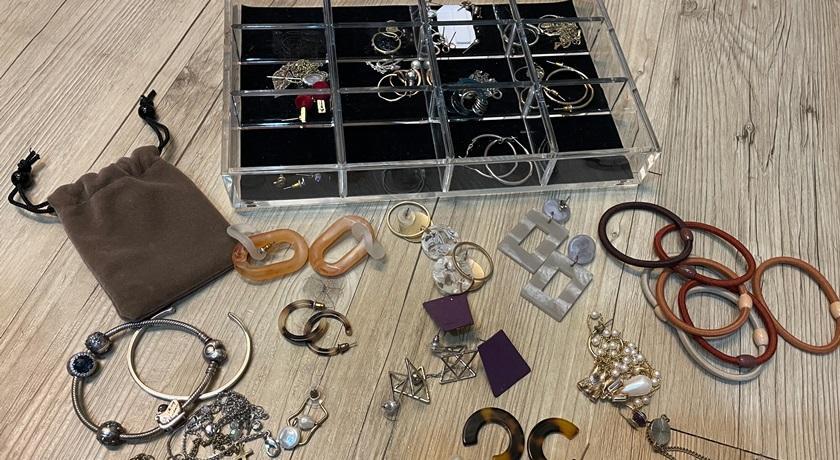 耳環、項鍊太多怎麼辦?善用 5 個「生活小物」 低成本創造飾品收納術