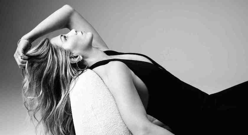 珍妮佛安妮斯頓自創品牌拚了!「上下都深V」出賣凍齡美貌