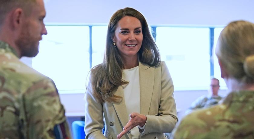 凱特王妃恢復上班!穿西裝褲與梅根「撞型」靠姿勢分勝負